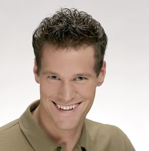 Hombre después de realizar sistemas de integración capilar Hair & Hair