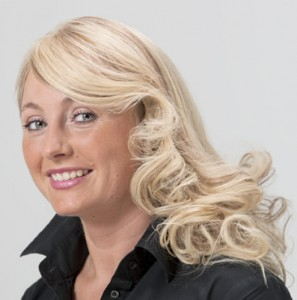 Mujer con alopecia avanzada después de recibir sistemas de cabello natural Hair & Hair