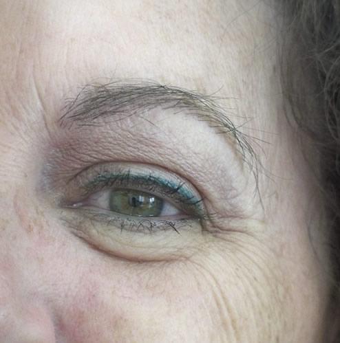 Mujer después de realizar un microinjerto capilar en cejas