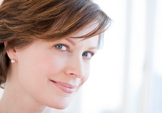 Mujer con síntomas de caída capilar por la menopausia imagen grande