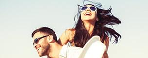 Mujer y hombre riéndose después de recibir mesoterapia capilar